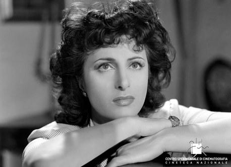 Anna Magnani_ Avanti a lui tremava tutta Roma di Carmine Gallone (1946). Foto di Osvaldo Civirani